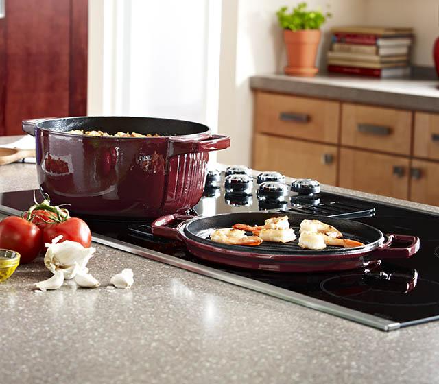 Кастрюля с крышкой KitchenAid Cast Iron, диаметр 24 см, красный KitchenAid KCPI40CRER фото 1